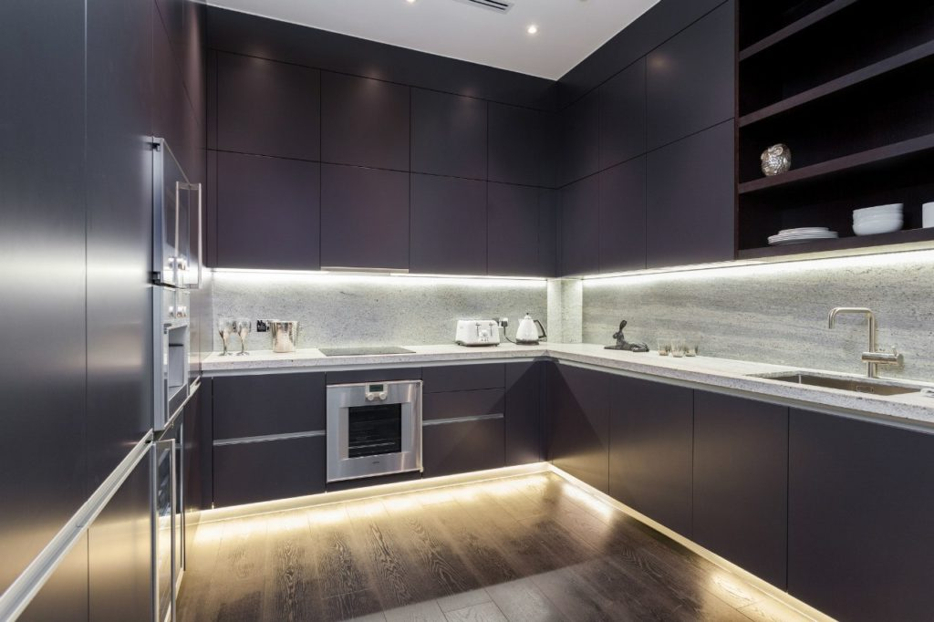 Светодиодная подсветка для рабочей зоны кухни 33 фото особенности сенсорной ленты Как расположить освещение Достоинства и недостатки кухонных светильников