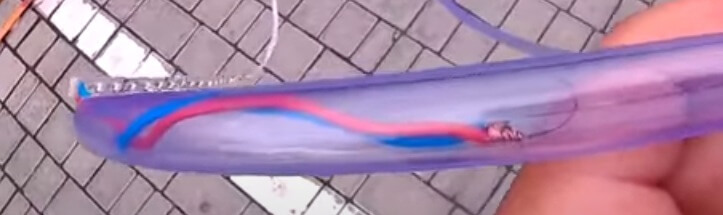 Процесс вдевания диодной ленты через шланг